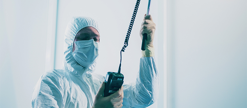 Cleanroom validatie uitgevoerd door engineer