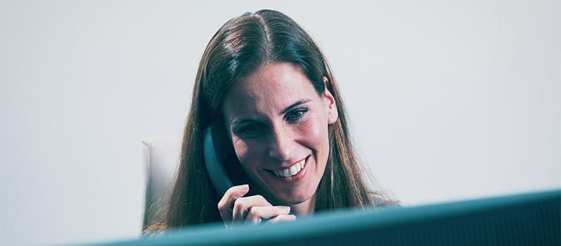 ProCleanroom contactpersoon aan de telefoon
