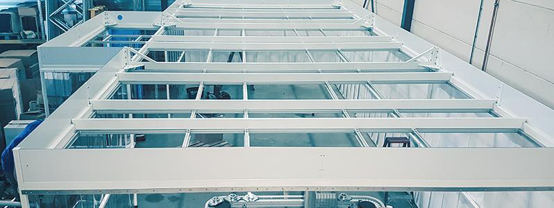 Cleanroom in opbouw tijdens installatiewerkzaamheden