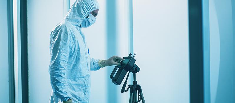 Cleanroom operator bedient deeltjesteller tijdens validatie