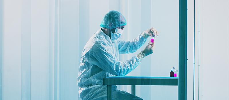Inspectie medische producten in cleanroom door operator